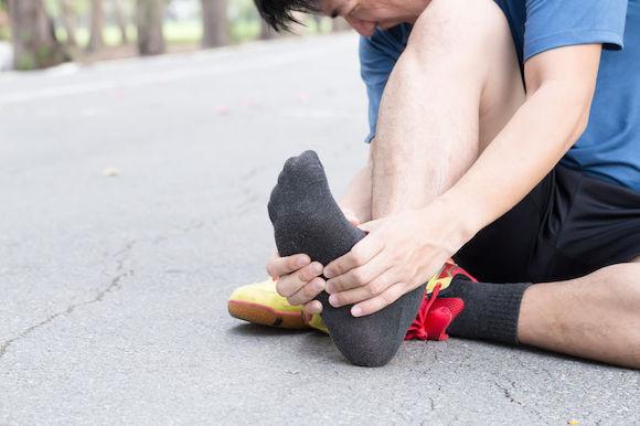 Traiter l'aponévrosite plantaire avec l'ostéopathie : pour se lever toujours du bon pied !
